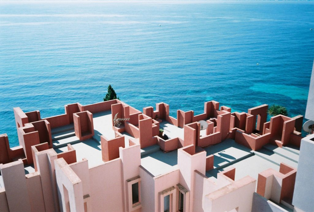 Constructivism and color: The Muralla Roja of Calpe.