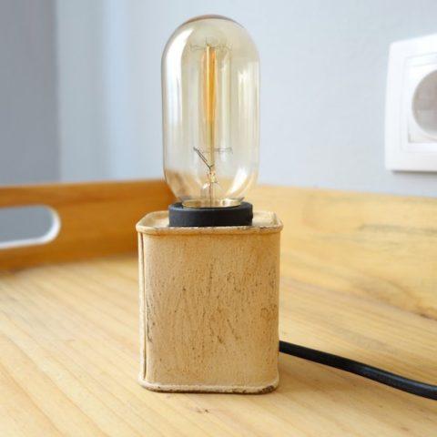Lámpara de metal de lata reciclada beige