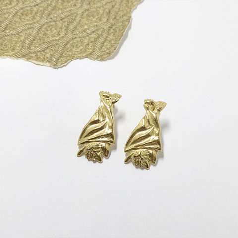 Short gold bat earrings – Nadine
